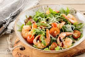 Салат с Креветками, кедровыми орешками и рукколой