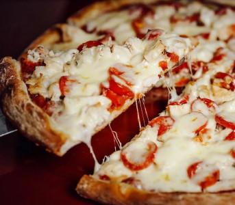 Пицца Том-Ям с папперони и вяленым томатом  (тонкое тесто)